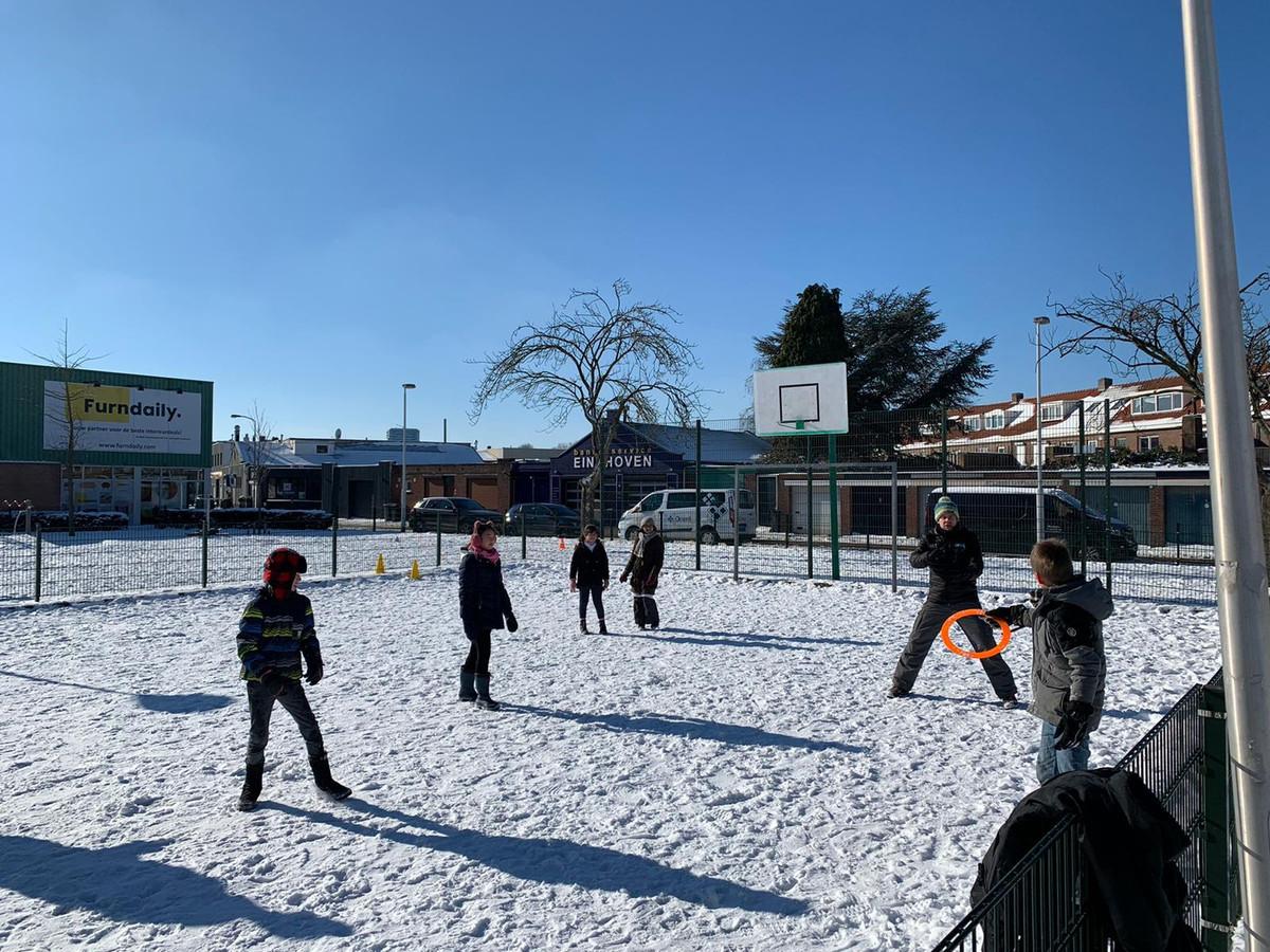 Een alternatieve gymles in de sneeuw. Gymdocent  Bart Scheer staat klaar om de ring te vangen.