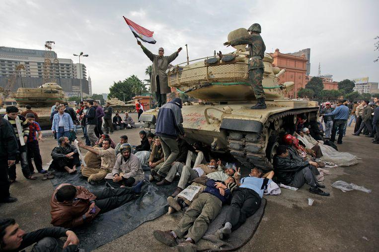 Demonstranten blokkeren een tank op het Tahrirplein. Beeld AP