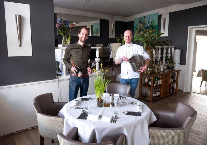 Maître/sommelier Mike de Leeuw (links) en chef-kok Wesley de Leeuw, de nieuwe eigenaren van restaurant De Schans aan de Willeskop.