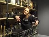 Winkelpersoneel houdt de moed erin met parodie op videoclip