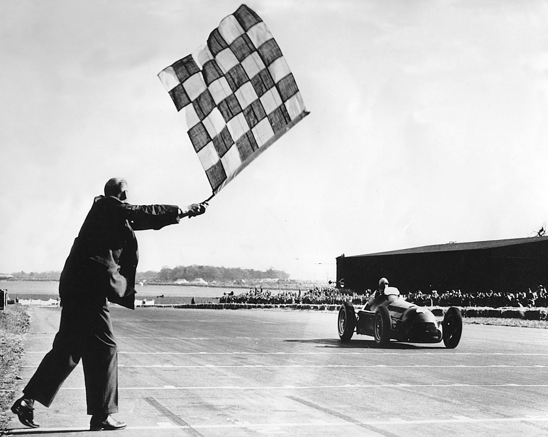 De Italiaan Guiseppe Farina (Alfa Romeo P158) wint de allereerste grote prijs F1 in Silverstone, in 1950. Beeld Alamy Stock Photo