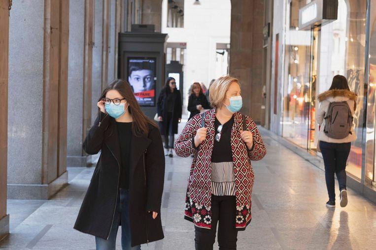 Ook in Milaan zijn de mondkapjes overal te zien.  Beeld Photo News