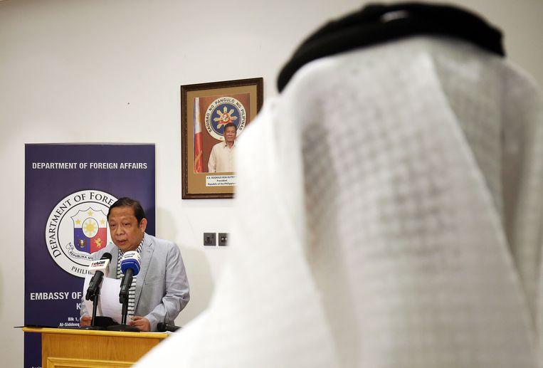 De Filipijnse ambassadeur voor Koeweit Renato PO Villa tijdens een persconferentie Filippino Ambassador in Koeweit op 21 april 2018.