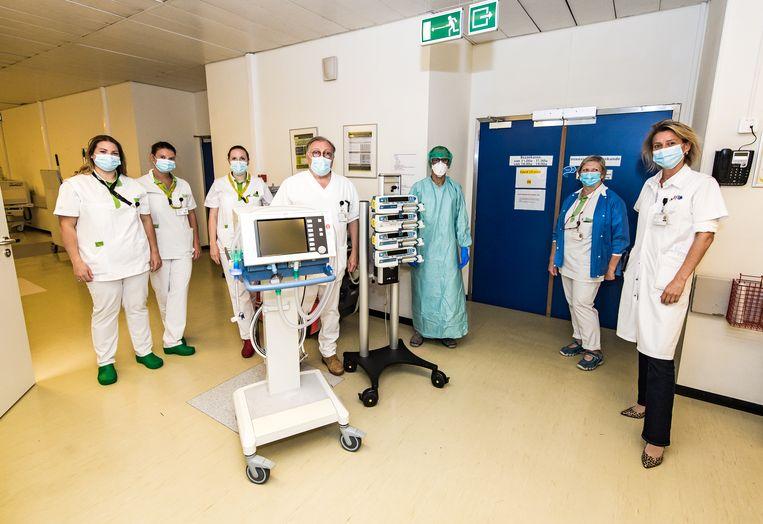 Dr. De Waele en een deel van haar team op de Covid-afdeling. Beeld Joel Hoylaerts / Photo News