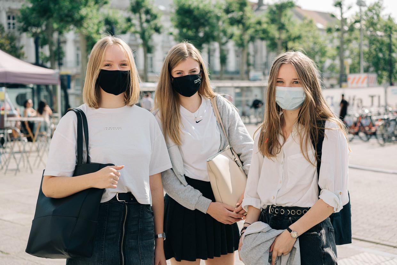 """Freya (17) en haar vriendinnen Lien (16) en Chiara (17): 'Sexting is iets wat je doet als je iemand ziet zitten of er al een relatie mee hebt"""", zegt Freya. """"Wat hier gebeurd is, lijkt me toch eerder een vorm van vreemdgaan.' Beeld Wouter Van Vooren"""