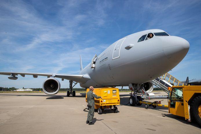 Het nieuwe tanker en transport vliegtuig  Airbus A330 MRTT van Defensie is in samenwerking met andere landen aangeschaft en gestationeerd op Vliegbasis Eindhoven. Kolonel Jurgen van der Biezen overlegt even met de piloot.