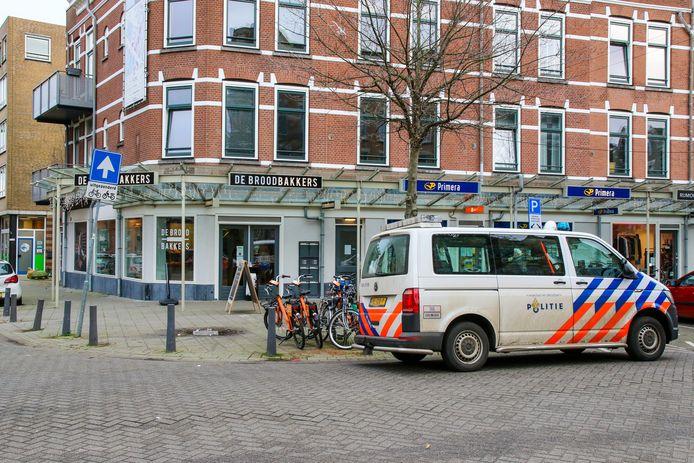 Een vrouw overviel de bakkerij aan de Lusthofstraat en ging er met een onbekend geldbedrag op de fiets vandoor.