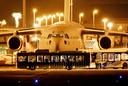 Het eerste vliegtuig met 35 Nederlandse evacués uit Afghanistan tijdens de landing op Schiphol.
