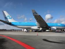 De enorme KLM-toestellen op Groningen Airport Eelde zijn verplaatst vanwege de wind. Hoe? Door trekkers natuurlijk