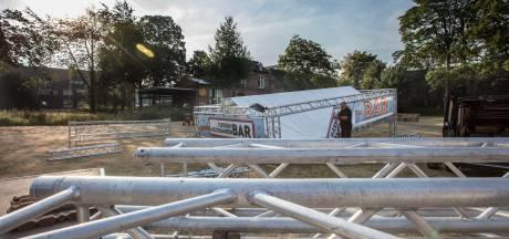 Alle hens aan dek bij opbouwen terrein Kasteeltuinconcerten in Helmond
