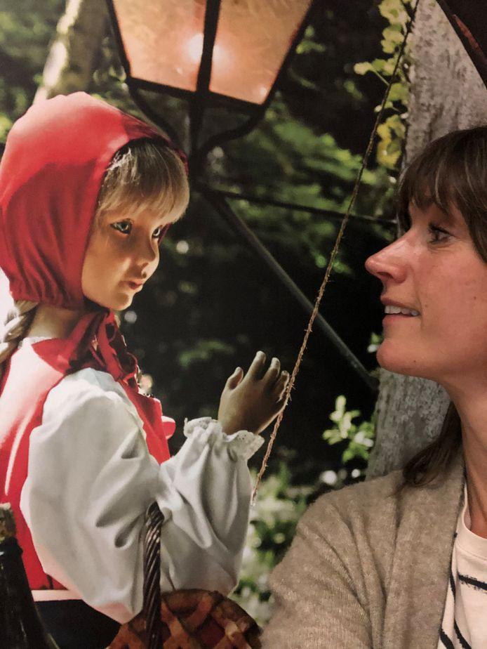 Conservator Francine Oonk wist Roodkapje naar het Anton Pieck Museum in Hattem te halen.