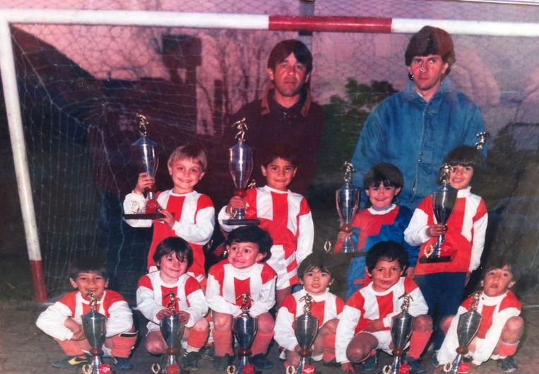 Eerste elftalfoto Grandoli, met rechtsboven vader Jorge Messi, tweede linksvoor Lionel Messi. Beeld