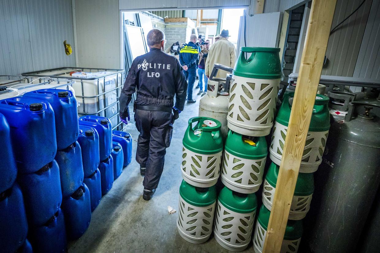 De politie ontruimt een groot drugslab in het Limburgse Kerkrade.