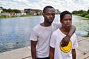 Floribert Nsanzimana (links), een broer van het slachtoffer, samen met een neef op de plek waar maandag de 21-jarige Norbert verdronk.