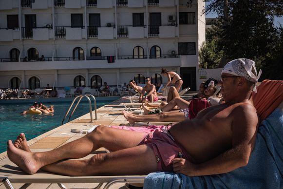 """De Belg Luc Pinsart bij het zwembad van het Heronissos Hotel. """"Het is een schande wat hier gebeurt."""""""
