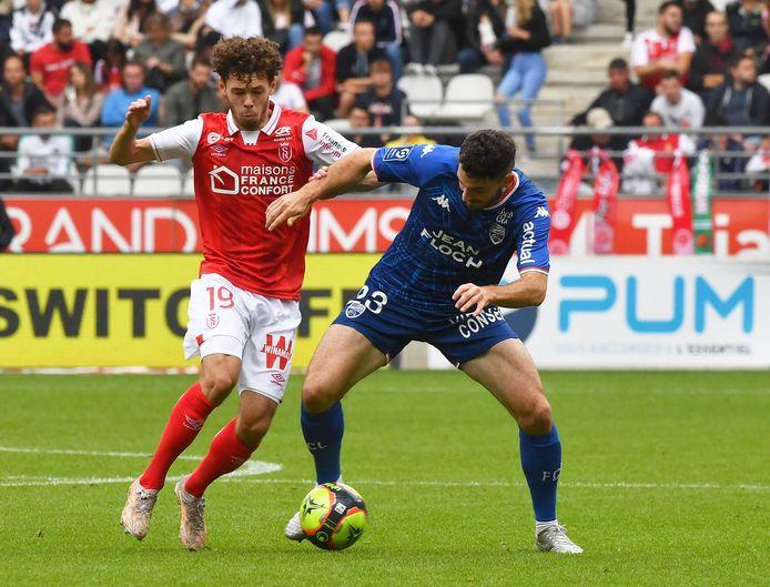 Mitchell van Bergen (l) in actie namens Stade de Reims tegen FC Lorient.