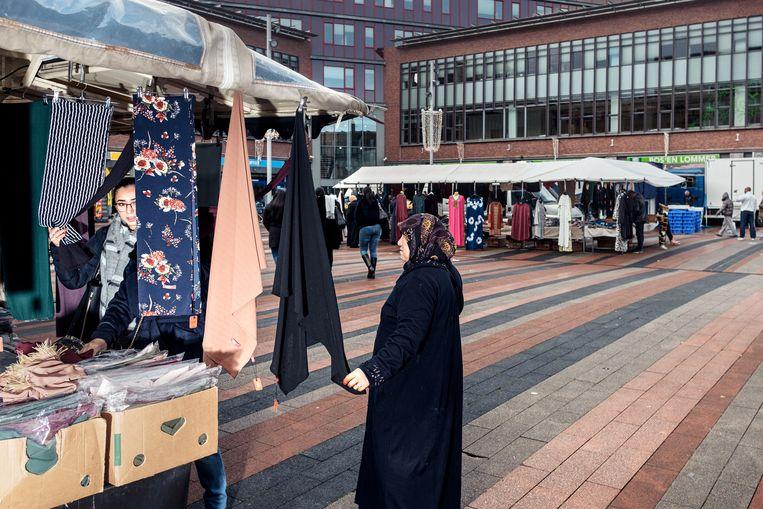 De (inmiddels) opgedoekte markt op het Bos en Lommerplein. Beeld Jakob van Vliet