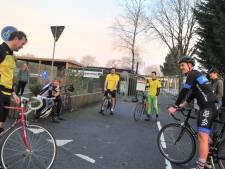 Voetballers van Redichem volbrengen 230 kilometer lange fietstocht langs tegenstanders uit de competitie