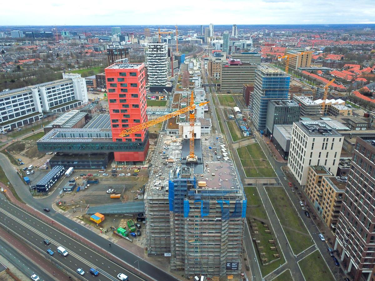 De bouw van 39 appartementen bovenop het Veemgebouw op Strijp-S in Eindhoven is begonnen. Uiterst links het Klokgebouw, in het rood Haasje Over en daar achter de groene Trudo Toren. Rechts in het blauw S-West met de woontoren Frederik in aanbouw naast school SintLucas en wooncomplex Space-S.