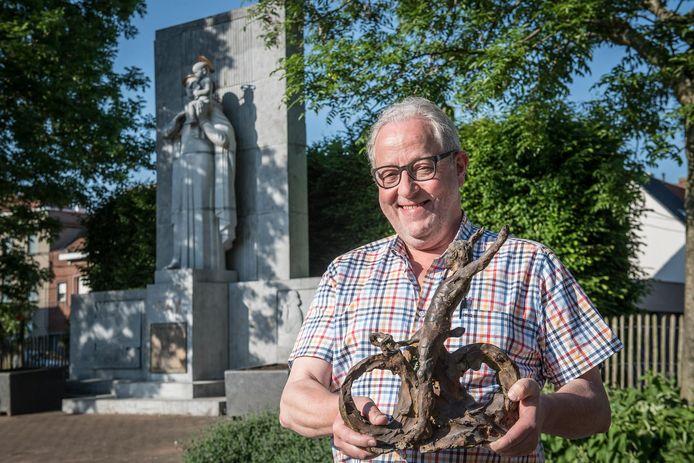 Voorzitter Frank Wauters en z'n Krottegemse Ransels blazen op 1 juni de allereerste Belgische kermiskoers nieuw leven in. In 2020 willen ze wereldkampioen Jean-Pierre Monseré eren met een standbeeld. Op de foto toont Frank een miniatuur van dat beeld.