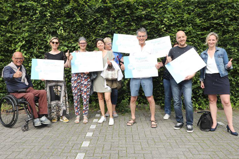 Vertegenwoordigers van de scholen kregen een cheque overhandigd voor hun strijd tegen zwerfvuil