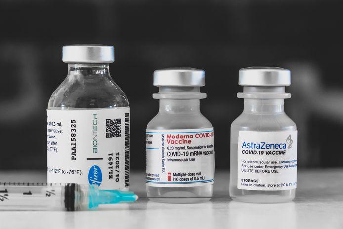Flacons met vaccins van Pfizer, Moderna en AstraZeneca.
