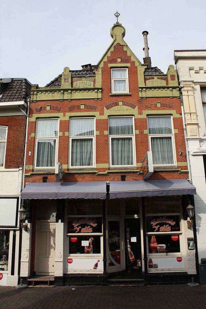 Het pand Marktstraat 6 voor de schilderbeurt