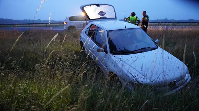 Langs de A1 bij Bathmen is vanochtend vroeg door nog onbekende oorzaak een auto in de sloot beland.