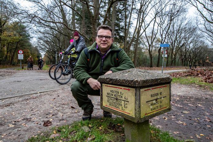 Boswachter Kees Jan Westra bij de paddenstoel die volgens hem behouden moet blijven.