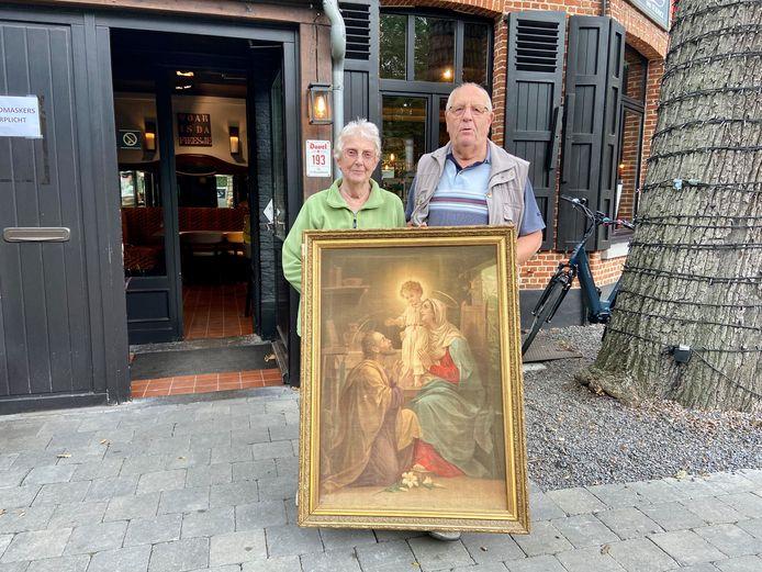Godelieve en Jan uit Wommelgem met een erfstuk dat ze op hun huwelijk kregen. Het bleek maar een replica te zijn.