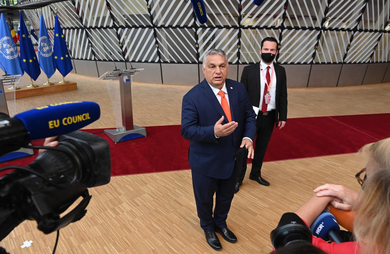 De Hongaarse premier Viktor Orbán staat de Europese pers te woord. Beeld EPA