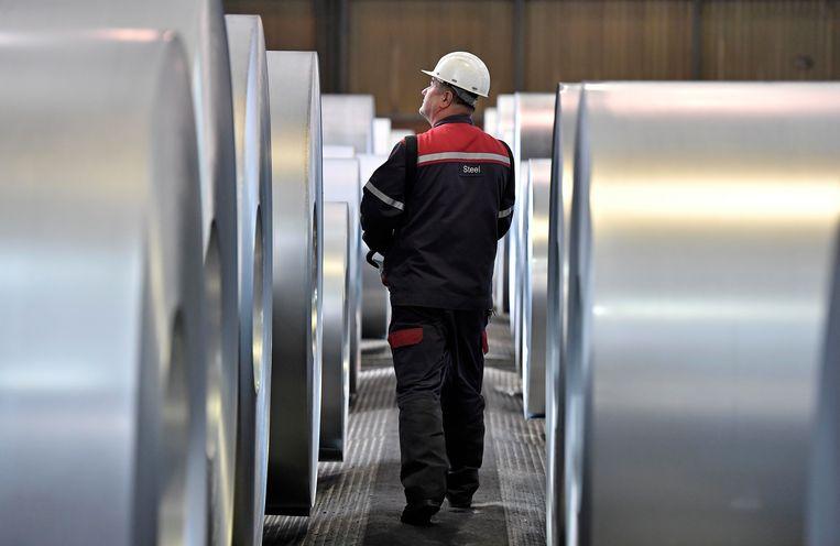 Medewerker van de ThyssenKrupp-staalfabriek in Duisburg. Het handelsconflict tussen de VS en de EU begon met de 'Trump tariffs' op staal- en aluminiumimporten.  Beeld AP