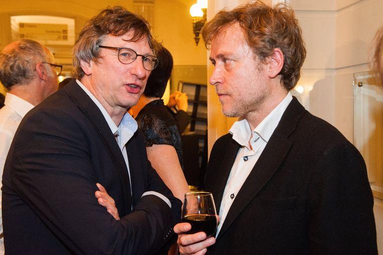 Gouden Boekenuil-genomineerde Mark Schaevers doet confidenties aan Libris-winnaar Yves Petry. Beeld PHOTO_NEWS
