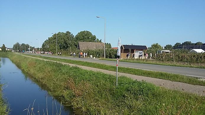 Wandelaars langs de Van Heemstraweg.