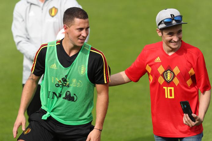 Eden Hazard met een fan bij de training van België.