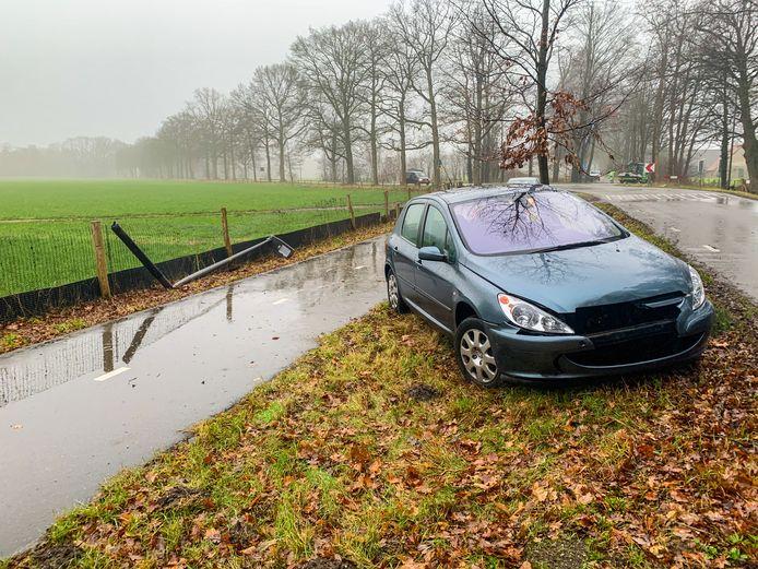 Een automobiliste heeft dinsdagochtend op de Harderwijkerweg in Laag-Soeren een lantaarnpaal uit de grond gereden.