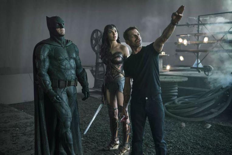 Snyder op de set, met Ben Affleck (Batman) en Gal Gadot (Wonder Woman). Beeld Warner Bros.