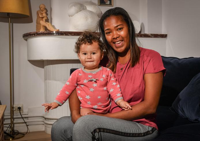 Sandrine et la petite Zoé, un an.