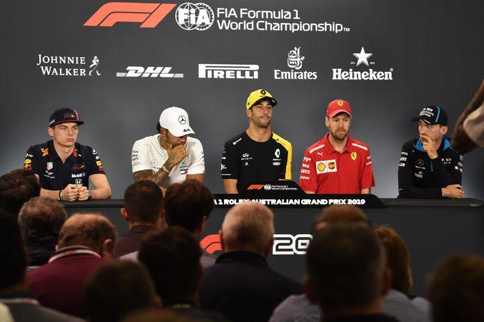 Max Verstappen, Lewis Hamilton, Daniel Ricciardo, Sebastian Vettel en Robert Kubica (vlnr) zitten klaar voor de pers: veel te vertellen is er niet.