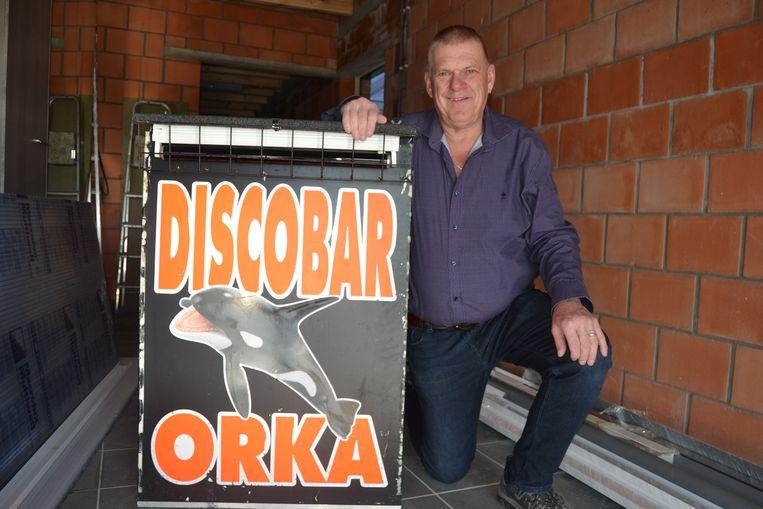 Oscar Plu met het bord van zijn discobar.