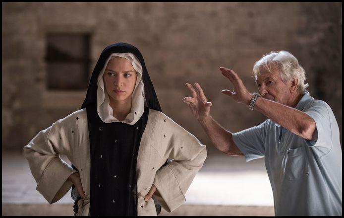 Paul Verhoeven regisseert Virginie Efira op de set van Benedetta.