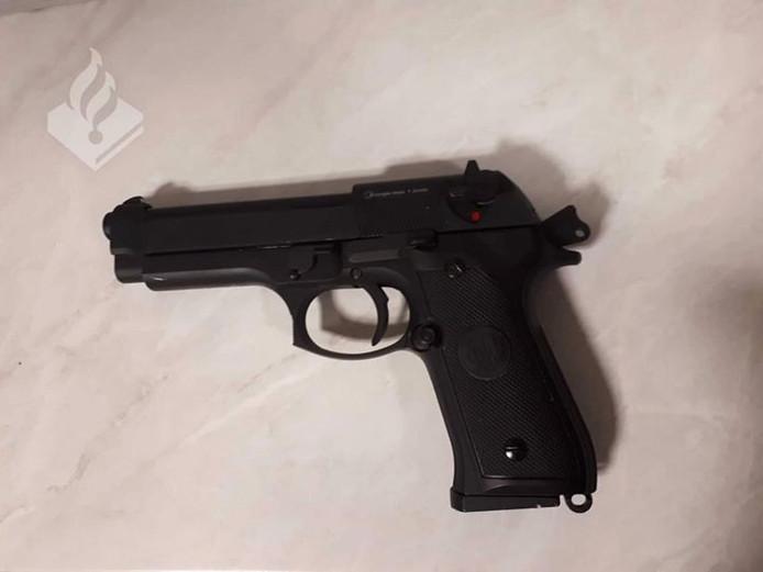 Een airsoftwapen dat bij  een andere politie-actie werd aangetroffen. Er worden plastic bolletjes mee afgevuurd maar de wapens zijn bijna niet van echt te onderscheiden.