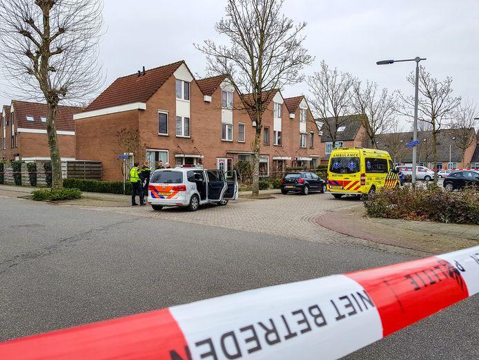 Ambulances op de Heeswijkstraat en de Gemertstraat in de Arnhemse wijk De Laar-West.