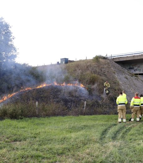 Brandweer blust brand in berm van A77 en vindt aanmaakblokjes