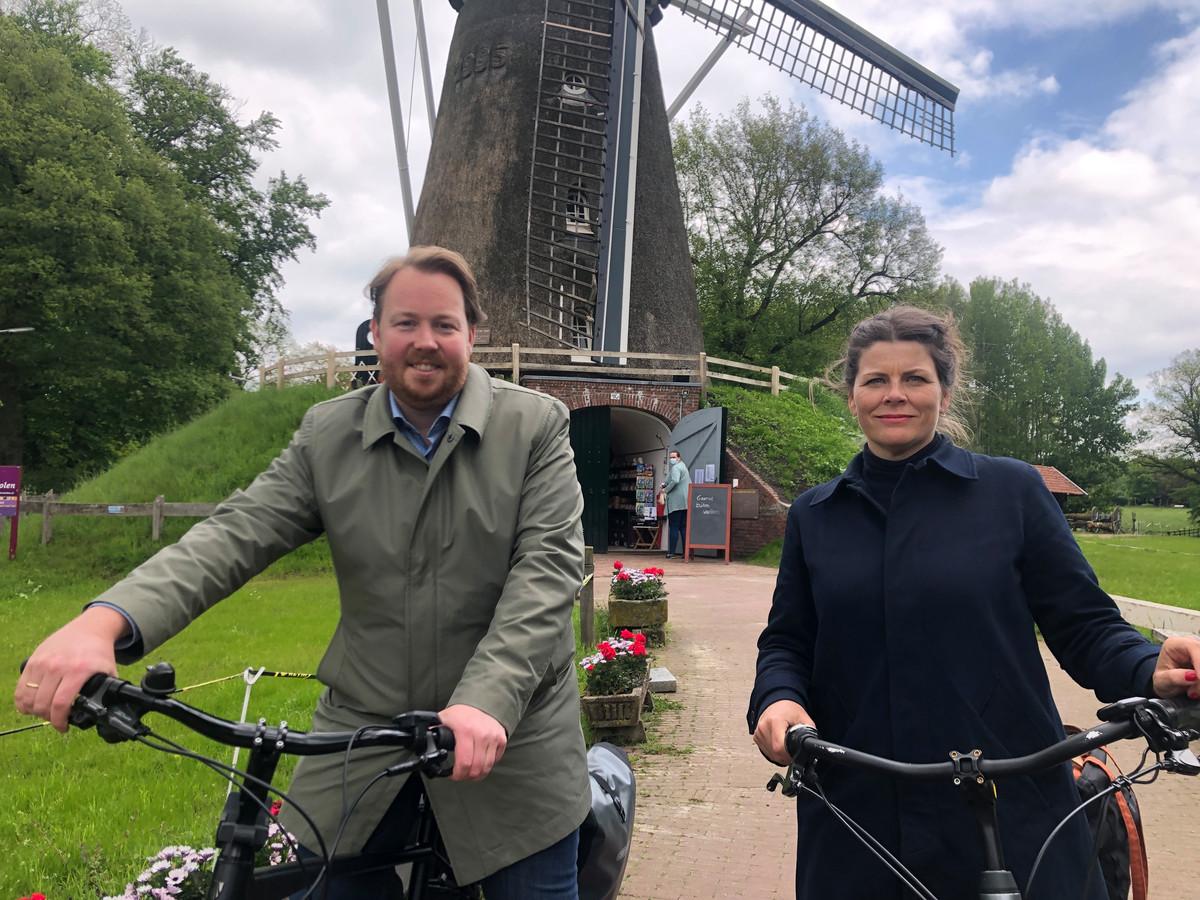 Wethouder Jeroen Diepenmaat nam eerder dit jaar de nieuwe stadsbouwmeester Jessica Hammarlund Bergmann mee op een tour langs verschillende plekken in Enschede en omgeving.