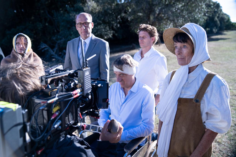 Geraldine Chaplin (r.) naast Peter Van den Begin op de set van 'The Barefoot Emperor'. Beeld rv