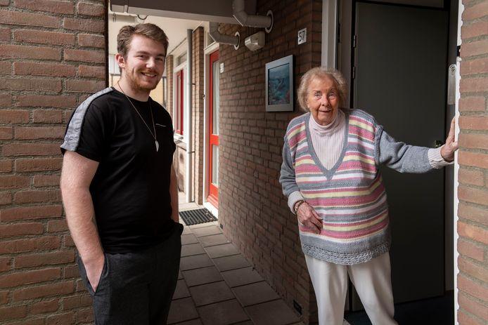 Bas Rombouts (19) werkt sinds de coronacrisis als vrijwilliger. Hij doet regelmatig boodschappen voor Stijntje Fens (93).