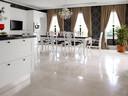 Een natuurstenen vloer kan prachtig glimmen, maar is ook moeilijk te onderhouden.