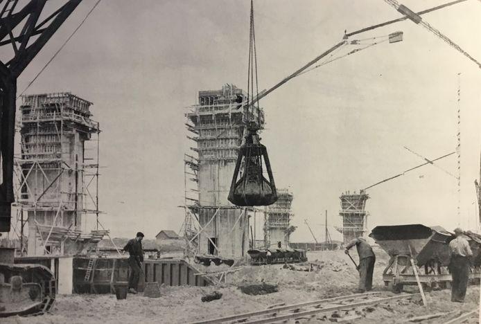 De vier heftorens van de stuw bij Lith in aanbouw. Er werd onterecht gevreesd voor horizonvervuiling.