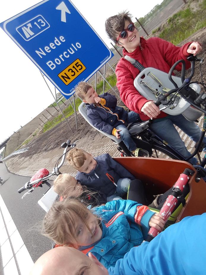 Met zijn allen naar de nieuwe weg waar papa de komende jaren nog vaak afslag 13 zal gaan nemen om zo weer thuis te komen. Na 25 jaar over de oude N18 te zijn gegaan richting Enschede, nu zeker nog 25 jaar op de nieuwe N18!